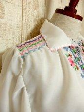 画像6: 贅沢なブルー ピンクお花刺繍が可愛すぎる 袖にも刺繍 ヨーロッパ古着 乙女ヴィンテージ長袖スモックブラウス【5006】 (6)