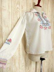 画像4: 贅沢なブルー ピンクお花刺繍が可愛すぎる 袖にも刺繍 ヨーロッパ古着 乙女ヴィンテージ長袖スモックブラウス【5006】 (4)