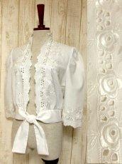 画像1: 見事なお花刺繍が素晴らしい ウエストリボン装飾 ヨーロッパ古着 ヴィンテージホワイトブラウス【5008】 (1)