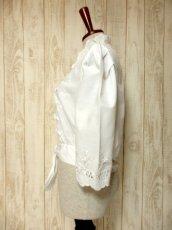 画像9: 見事なお花刺繍が素晴らしい ウエストリボン装飾 ヨーロッパ古着 ヴィンテージホワイトブラウス【5008】 (9)