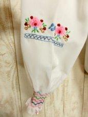 画像7: 贅沢なブルー ピンクお花刺繍が可愛すぎる 袖にも刺繍 ヨーロッパ古着 乙女ヴィンテージ長袖スモックブラウス【5006】 (7)