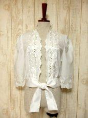 画像2: 見事なお花刺繍が素晴らしい ウエストリボン装飾 ヨーロッパ古着 ヴィンテージホワイトブラウス【5008】 (2)