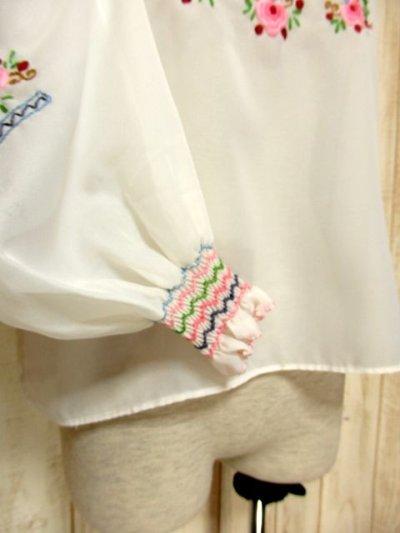 画像2: 贅沢なブルー ピンクお花刺繍が可愛すぎる 袖にも刺繍 ヨーロッパ古着 乙女ヴィンテージ長袖スモックブラウス【5006】