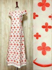 画像1: 70'sヴィンテージ!! 贅沢なぷっくりフラワー刺繍が素晴らしい♪ キレイなシルエットライン★ 大人レトロアンティークスタイル♪ヴィンテージドレス (1)