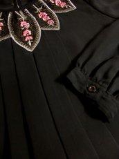 画像8: Pink White Gold ぷっくりお花刺繍が可愛いすぎる 大人クラシカルガーリースタイル ヨーロピアン刺繍ブラウス Black【5026】 (8)