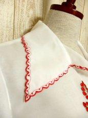 画像6: ぷっくりお花刺繍 ボリュームあるフレアー袖も素晴らしい ウエストキュッと ふんわりガーリー ヴィンテージ刺繍ブラウス【5038】 (6)