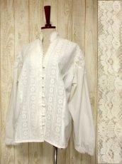 画像1: 贅沢なアンティークフラワーレース装飾 ふんわりボリューム袖デザイン ヨーロッパ古着 主役級ホワイトヴィンテージブラウス【5082】 (1)