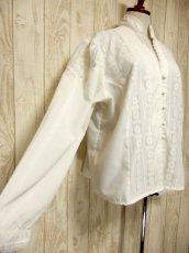 画像4: 贅沢なアンティークフラワーレース装飾 ふんわりボリューム袖デザイン ヨーロッパ古着 主役級ホワイトヴィンテージブラウス【5082】 (4)