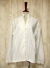 画像2: 贅沢なアンティークフラワーレース装飾 ふんわりボリューム袖デザイン ヨーロッパ古着 主役級ホワイトヴィンテージブラウス【5082】 (2)