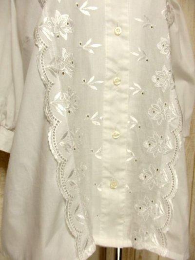 画像2: お花刺繍装飾でキュート ふんわり袖が可愛い ホワイト ディアンドル チロルブラウス ドイツ民族衣装 舞台 演奏会 フォークダンス オクトーバーフェスト 【5156】
