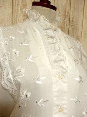 画像3: お花刺繍装飾でキュート ふんわり袖が可愛い ホワイト ディアンドル チロルブラウス ドイツ民族衣装 舞台 演奏会 フォークダンス オクトーバーフェスト 【5156】 (3)
