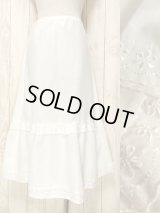 ☆ ヨーロッパ古着 フラワー刺繍入りホワイトコットンレース装飾が可愛らしい♪ レトロアンティークなホワイトスカート ☆