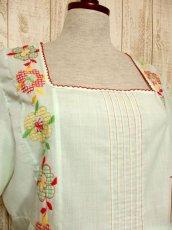 画像3: ヨーロッパ古着 ポップで可愛らしいお花刺繍装飾♪ レッドカラーのパイピングもPOINT!! ふんわり乙女ガーリーヴィンテージドレス (3)