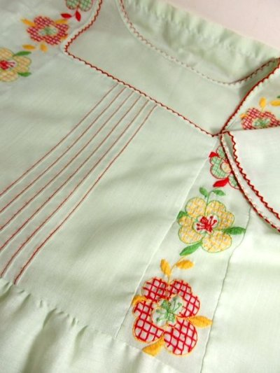 画像3: ヨーロッパ古着 ポップで可愛らしいお花刺繍装飾♪ レッドカラーのパイピングもPOINT!! ふんわり乙女ガーリーヴィンテージドレス