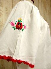 画像8: ぷっくりお花刺繍 カラフルステッチが可愛い 袖にも刺繍 首元リボン結び ヨーロッパ古着 大人フォークロアなヴィンテージ刺繍スモックブラウス【5270】 (8)