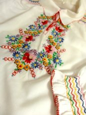 画像8: ヨーロッパ古着 ぷっくりお花刺繍!!カラフルステッチが可愛い〜!!☆袖にも刺繍♪首元リボン結び。大人フォークロアなヴィンテージ刺繍スモックブラウス【5313】 (8)