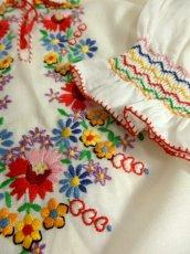 画像9: ヨーロッパ古着 ぷっくりお花刺繍!!カラフルステッチが可愛い〜!!☆袖にも刺繍♪首元リボン結び。大人フォークロアなヴィンテージ刺繍スモックブラウス【5313】 (9)