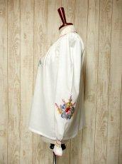 画像6: ヨーロッパ古着 ぷっくりお花刺繍!!カラフルステッチが可愛い〜!!☆袖にも刺繍♪首元リボン結び。大人フォークロアなヴィンテージ刺繍スモックブラウス【5313】 (6)