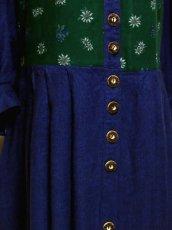 画像8: 落ち着いたネイビーカラー×グリーンカラー×切り返しデザイン レトロアンティークなウッド調ボタン装飾 ディアンドル チロルワンピース ドイツ民族衣装 舞台 演奏会 フォークダンス オクトーバーフェスト 【5331】 (8)