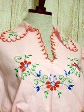 画像3: ぷっくりお花刺繍 Pinkカラー!!ステッチが可愛い 袖にも刺繍 ヨーロッパ古着 大人ガーリーなヴィンテージ刺繍スモックブラウス【5347】 (3)