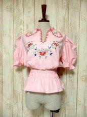 画像2: ぷっくりお花刺繍 Pinkカラー!!ステッチが可愛い 袖にも刺繍 ヨーロッパ古着 大人ガーリーなヴィンテージ刺繍スモックブラウス【5347】 (2)