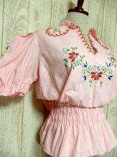 画像4: ぷっくりお花刺繍 Pinkカラー!!ステッチが可愛い 袖にも刺繍 ヨーロッパ古着 大人ガーリーなヴィンテージ刺繍スモックブラウス【5347】 (4)