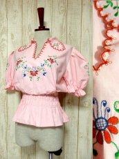 画像1: ぷっくりお花刺繍 Pinkカラー!!ステッチが可愛い 袖にも刺繍 ヨーロッパ古着 大人ガーリーなヴィンテージ刺繍スモックブラウス【5347】 (1)
