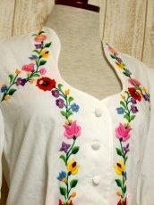 画像3: Hungary製 ぷっくりお花刺繍がCUTE 袖にも刺繍 ヨーロッパ古着 大人ガーリーなヴィンテージ刺繍ブラウス【5366】 (3)