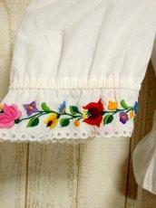 画像9: Hungary製 ぷっくりお花刺繍がCUTE 袖にも刺繍 ヨーロッパ古着 大人ガーリーなヴィンテージ刺繍ブラウス【5366】 (9)