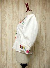 画像7: Hungary製 ぷっくりお花刺繍がCUTE 袖にも刺繍 ヨーロッパ古着 大人ガーリーなヴィンテージ刺繍ブラウス【5366】 (7)