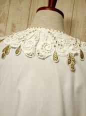画像6: ドイツ製 大きなカットワークレース襟 シャンパンゴールドカラー刺繍 スタッズ装飾 ヨーロッパ古着 ヴィンテージホワイトブラウス【5399】 (6)