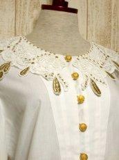 画像3: ドイツ製 大きなカットワークレース襟 シャンパンゴールドカラー刺繍 スタッズ装飾 ヨーロッパ古着 ヴィンテージホワイトブラウス【5399】 (3)