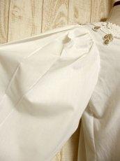 画像9: ドイツ製 大きなカットワークレース襟 シャンパンゴールドカラー刺繍 スタッズ装飾 ヨーロッパ古着 ヴィンテージホワイトブラウス【5399】 (9)