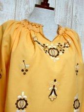 画像3: ぷっくりお花刺繍 袖にも刺繍 稀少なカラーリング ヨーロッパ古着 大人フォークロアなヴィンテージ刺繍スモックブラウス【5421】 (3)