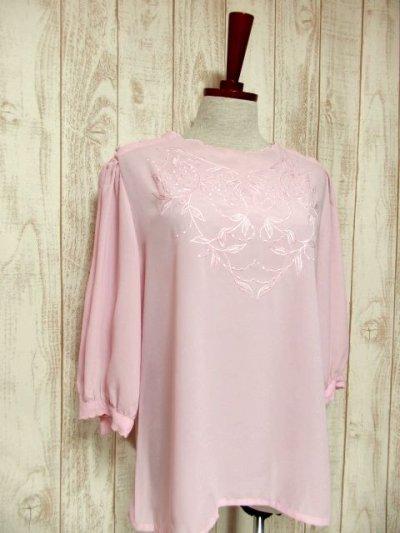 画像1: ヨーロッパ古着 ピンク 上品で女性らしい 綺麗なリーフ刺繍 大人クラシカルガーリー シャツ ブラウス  レトロトップス【5463】