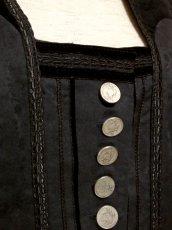 画像8: ☆ ヨーロッパ古着 大人クラシカル!! フラワー織り×ベロア切り返しデザイン♪ レトロアンティークボタン!! チロルジャケット Back ☆  (8)