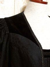 画像7: ☆ ヨーロッパ古着 大人クラシカル!! フラワー織り×ベロア切り返しデザイン♪ レトロアンティークボタン!! チロルジャケット Back ☆  (7)