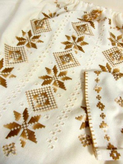 画像3: 贅沢な刺繍装飾が素晴らしい カラーリングもGood 首元・袖先リボン結び ヨーロッパ古着 大人フォークロアなヴィンテージ刺繍スモックブラウス【5482】