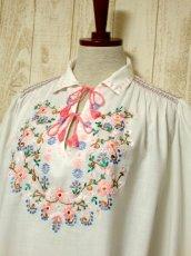 画像8: お花刺繍 ステッチが可愛い 袖にも刺繍 首元ダブルリボン結び ヨーロッパ古着 大人ガーリーなヴィンテージ長袖スモックブラウス【5512】 (8)