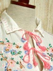 画像7: お花刺繍 ステッチが可愛い 袖にも刺繍 首元ダブルリボン結び ヨーロッパ古着 大人ガーリーなヴィンテージ長袖スモックブラウス【5512】 (7)