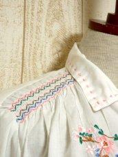 画像9: お花刺繍 ステッチが可愛い 袖にも刺繍 首元ダブルリボン結び ヨーロッパ古着 大人ガーリーなヴィンテージ長袖スモックブラウス【5512】 (9)