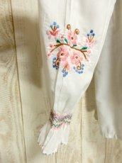 画像11: お花刺繍 ステッチが可愛い 袖にも刺繍 首元ダブルリボン結び ヨーロッパ古着 大人ガーリーなヴィンテージ長袖スモックブラウス【5512】 (11)