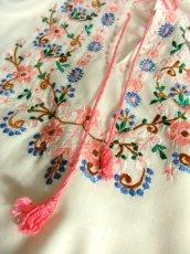 画像13: お花刺繍 ステッチが可愛い 袖にも刺繍 首元ダブルリボン結び ヨーロッパ古着 大人ガーリーなヴィンテージ長袖スモックブラウス【5512】 (13)