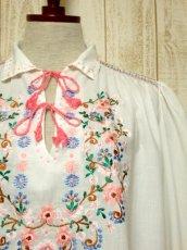 画像10: お花刺繍 ステッチが可愛い 袖にも刺繍 首元ダブルリボン結び ヨーロッパ古着 大人ガーリーなヴィンテージ長袖スモックブラウス【5512】 (10)