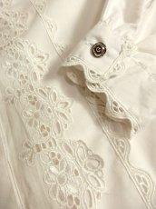 画像11: ぷっくりとしたフラワー刺繍が可愛い ホワイト ディアンドル チロルブラウス ドイツ民族衣装 舞台 演奏会 フォークダンス オクトーバーフェスト【5548】 (11)