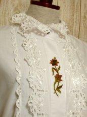 画像3: ぷっくりとしたフラワー刺繍が可愛い ホワイト ディアンドル チロルブラウス ドイツ民族衣装 舞台 演奏会 フォークダンス オクトーバーフェスト【5548】 (3)