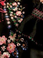 画像12: ぷっくりお花刺繍 ステッチが可愛い 袖にも刺繍 首元ダブルリボン結び ヨーロッパ古着 大人フォークロアなヴィンテージ長袖スモックブラウス Black【5636】 (12)