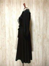 画像7: ヨーロッパ古着 イギリス製!! 素晴らしいプリーツ切り返しデザイン×フリルレース装飾★ ウエストリボン結び★ センス抜群のヴィンテージドレス Black (7)