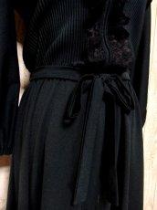 画像8: ヨーロッパ古着 イギリス製!! 素晴らしいプリーツ切り返しデザイン×フリルレース装飾★ ウエストリボン結び★ センス抜群のヴィンテージドレス Black (8)