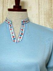 画像8: ヨーロッパ古着 爽やかなカラーリング 繡入りチロルテープ装飾が可愛い シャツ ヴィンテージトップス【5927】 (8)